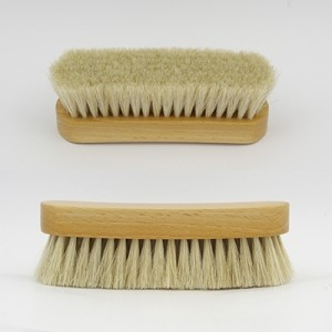 Les traditionnelles brosses poils blanc en bois - Andrée Jardin