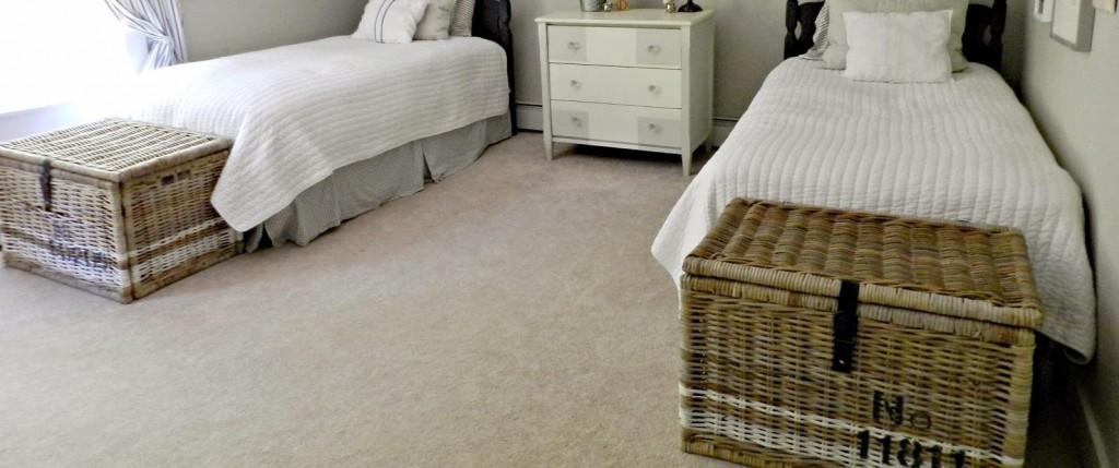 Chambre avec malle en osier peinte