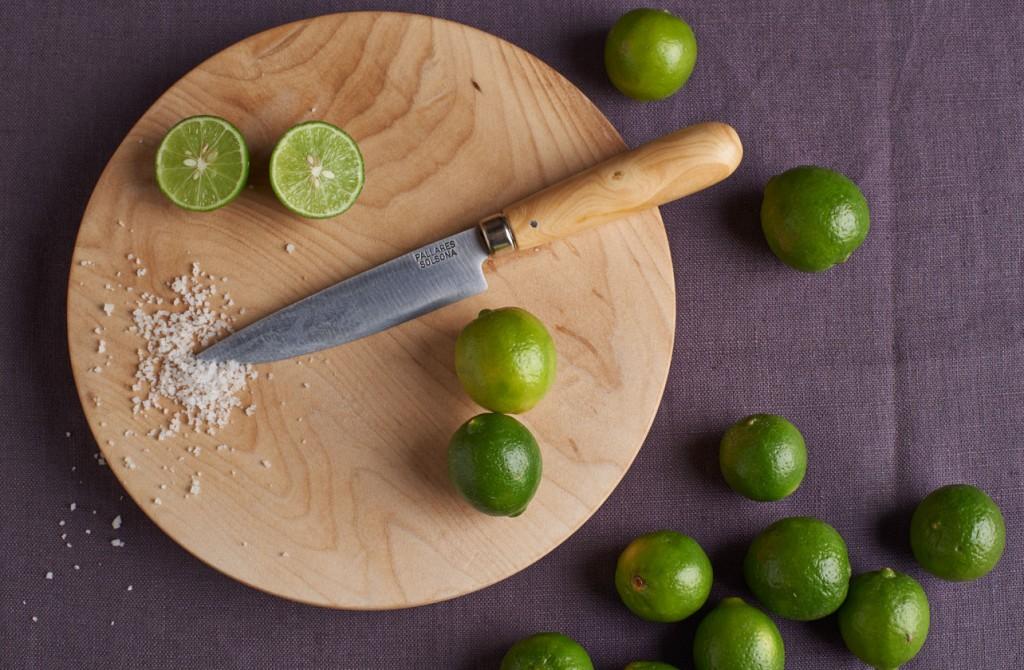 Couteaux sur une planche en bois avec citrons Pallares Solsona