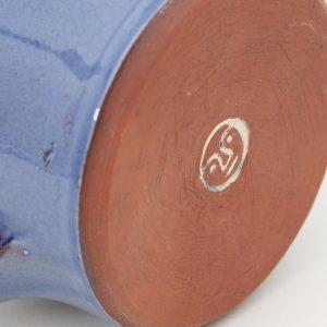 La signature de l'artisans sur la tasse en argile