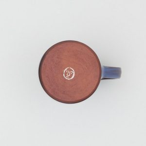 La tasse de café en argile rouge vue de dessous - Tender
