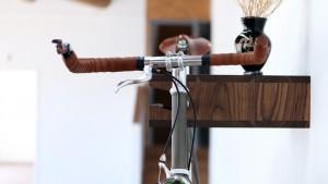Le porte vélo en bois foncé vue latérale
