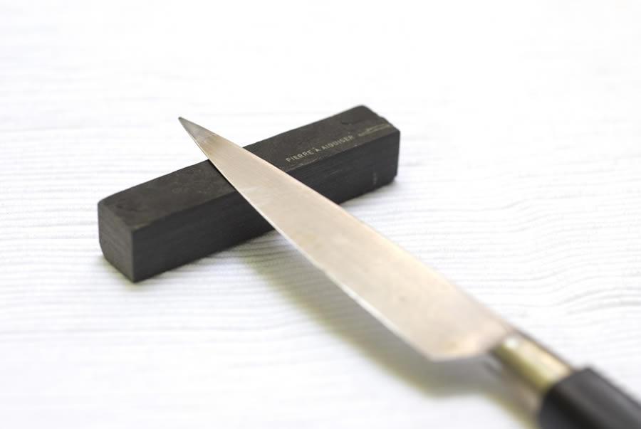 aiguiser un couteau avec une pierre à affuter