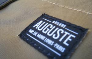 L'étiquette cousue sur le sac