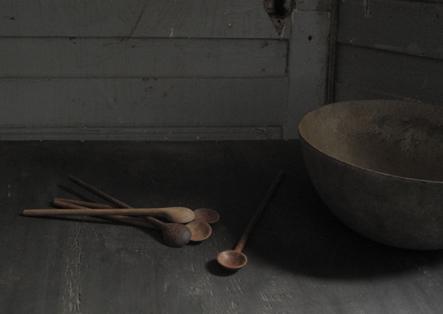 cuillères en bois brunes kirsten hecktermann