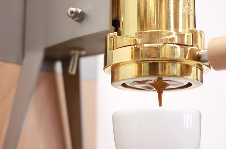 La machine à café en bois et métal en action - Strietman