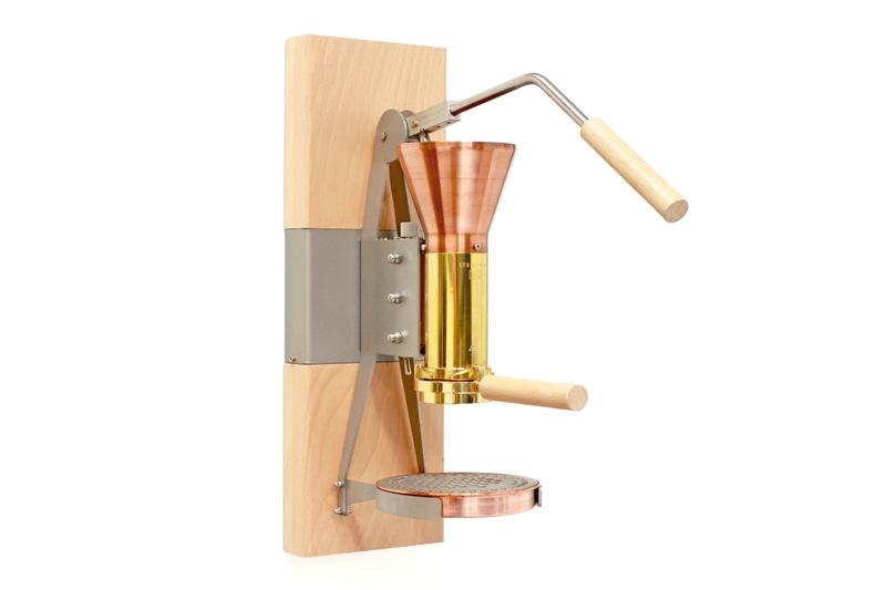 La machine à café en bois et métal sur fond blanc- Strietman