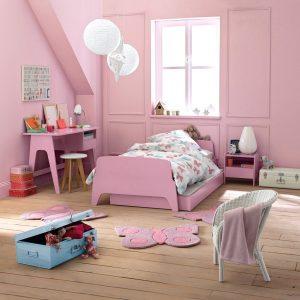 Malle métallique bleu claire dans une chambre rose La redoute