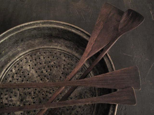 set de spatules en bois dans un bol kirsten hecktermann