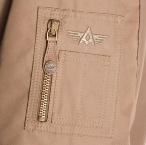 La poche latérale du bomber aviateur en cuir made in France aerobatix