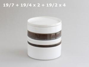La vaisselle cylindrique en terre cuite empilée