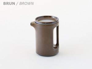 le broc cylindrique en terre cuite